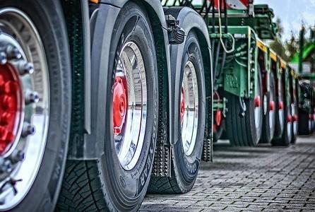 Numerosos transportistas son rechazados en las ITVs por llevar equipados los vehículos de transporte con neumáticos de diferentes marcas. La reglamentación de instalación de neumáticos exige que los instalados en el mismo eje sean del mismo tipo, tanto en sus características dimensionales como en el fabricante.  Como consecuencia de la actualización del[…] Ampliar noticia …