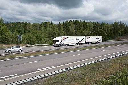 La Orden Ministerial que introduce el megacamión en España se ha publicado en el BOE de este miércoles 23 de Diciembre.   La nueva configuración de vehículo estará conformada por cualquier conjunto de vehículos de más de 6 ejes, hasta 25'25 metros de longitud y 60 toneladas de masa máxima.   Como[…] Ampliar noticia …