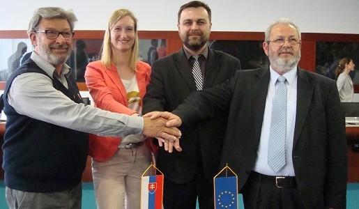 La asociación europea de transportistas por carretera, UETR, incorpora a la asociación eslovaca UNAS.   La UETR representa en la actualidad los intereses de 320.000 pequeñas y medianas empresas transportistas de la Unión Europea.   La Asamblea General de la Unión Europea de Transportistas por Carretera (UETR), celebrada el pasado 14 de[…] Ampliar noticia …