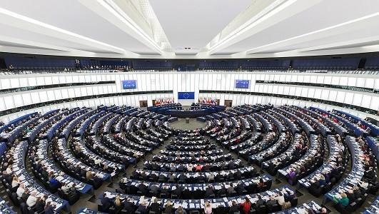 Este 1 de Diciembre han tomado posesión de sus cargos los nuevos Comisarios Europeos.   Entre sus prioridades, la Comisaria de Transportes apuesta por la mejora del medioambiente, la generalización de la euroviñeta al transporte por carretera y el establecimiento de un mercado competitivo y leal.  La nueva Comisión Europea ha comenzado su[…] Ampliar noticia …