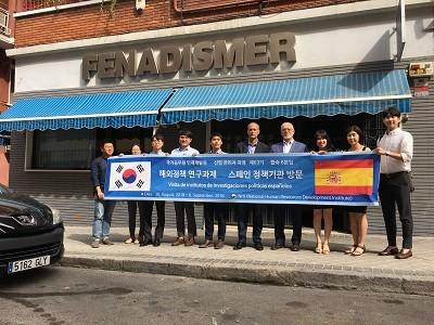 Fenadismer recibe a una delegación surcoreana para exponerles las ventajas del cooperativismo como fórmula empresarial social eficiente para el desarrollo de la actividad del transporte.   El cooperativismo contribuye a fortalecer la figura del autónomo y no llevan a cabo procesos de deslocalización frente a otro tipo de empresas.    Este lunes 3 de[…] Ampliar noticia …