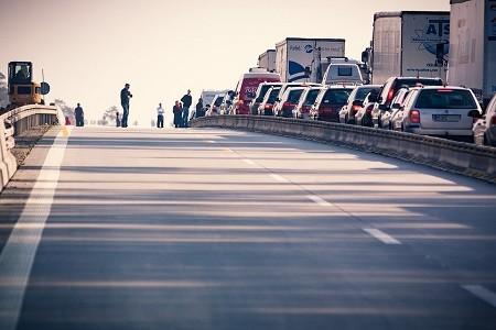 Por la frontera de la Junquera circulan diariamente más de 10.000 camiones por sentido, siendo la principal salida de las exportaciones españolas al resto de la Unión Europea.  Una convocatoria difundida por las redes sociales plantea bloquear de forma indefinida la AP-7 en la Junquera desde la madrugada del lunes[…] Ampliar noticia …