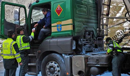 El Ministerio de Fomento presenta a las asociaciones de transportistas el Plan Nacional de inspección para el sector del transporte por carretera para el año 2016. Se intensificará el control sobre el uso del tacógrafo, los excesos de peso así como la competencia desleal y dumping social de las empresas extranjeras. Este[…] Ampliar noticia …