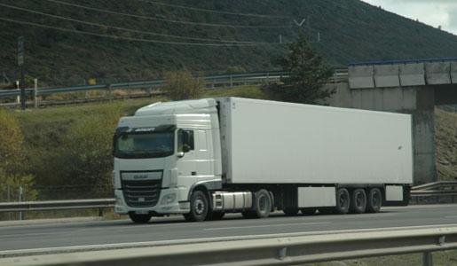 """Los """"lobbies"""" de fabricantes y cargadores fracasan en su intento de incrementar los pesos y dimensiones máximos de los vehículos de transporte. El Gobierno acuerda aprobar el proyecto que introducirá los megacamiones que se aprobará previsiblemente en Diciembre. La Federación Nacional de Asociaciones de Transporte de España (FENADISMER), desea manifestar públicamente[…] Ampliar noticia …"""