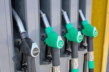 Pese a que el precio del petróleo en el mercado internacional sigue bajando, los carburantes en España siguen manteniendo invariable su precio y además totalmente alineado por las principales petroleras.  Uno de los beneficiados de un precio artificialmente alto del carburante, además de las petroleras, es el Gobierno que obtiene[…] Ampliar noticia …