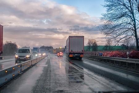 El objetivo es preservar la libre circulación de los ciudadanos y el normal desenvolvimiento de los flujos comerciales.    Sin embargo, para el sector del transporte de mercancías por carretera se limita a reconocer los derechos y obligaciones de los transportistas británicos, condicionado a un tratamiento equivalente a los transportistas españoles por[…] Ampliar noticia …
