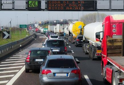 El desvío obligatorio a camiones la AP-7, en vigor desde 2018 y por la que circulan diariamente de más de 7000 camiones, ocasiona gravísimos problemas de sobresaturación de aparcamiento y de seguridad vial en las 3 únicas áreas de servicio existentes en la autopista, dificultando que los transportistas puedan[…] Ampliar noticia …