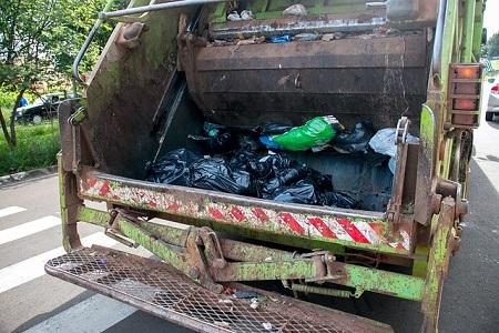 El Ministerio de Transportes ha rectificado la exclusión aprobada en 2019 que eximió sorprendentemente de la obligación de que los conductores de los camiones de la basura tuvieran el permiso CAP pese a la alta siniestralidad que ocasionan debido a su actividad en vías urbanas.      Asimismo se obligará[…] Ampliar noticia …